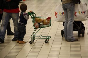 7074_-_A_baby_contributes_to_his_mom's_shopping_-_Foto_Giovanni_Dall'Orto,_Verbania,_Jan_5_2011
